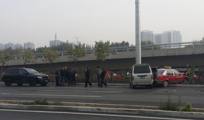 太原火车南站附近发生一起三车追尾事故